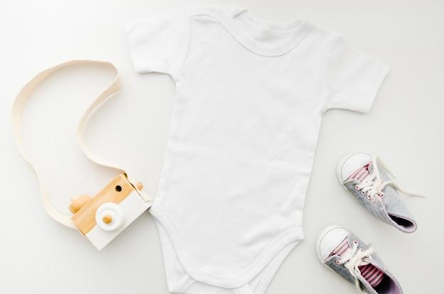 Плоская детская одежда с фотоаппаратом