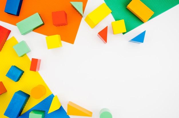 Вид сверху деревянные детские игрушки с копией пространства