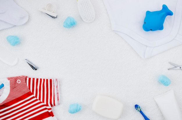 Вид сверху детской одежды с банными принадлежностями