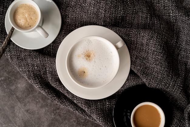 Вид сверху чашки кофе на ткани