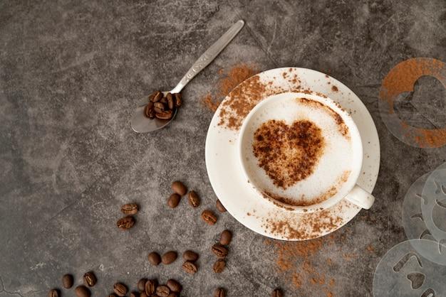 心とコーヒーのトップビューカップ