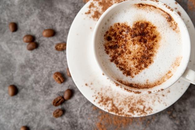 Вид сверху чашка кофе с сердцем