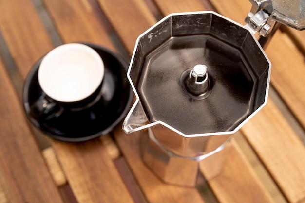 Высокий вид кофейник на столе