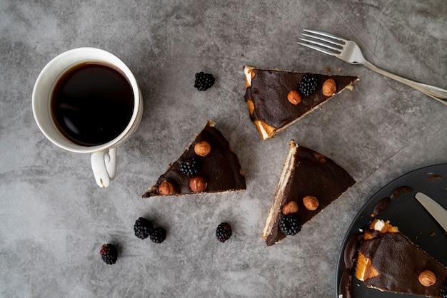 Вид сверху кусочки торта с кофе