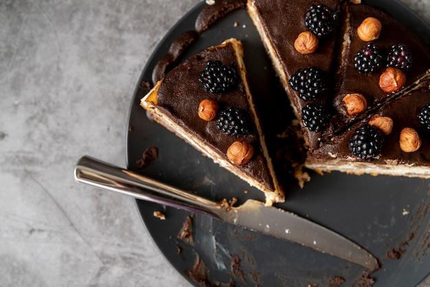 プレート上のケーキのトップビュースライス