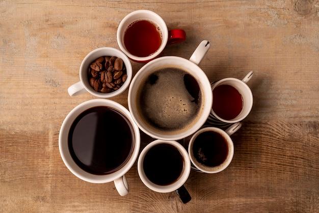 木製の背景とコーヒーのトップビューカップ