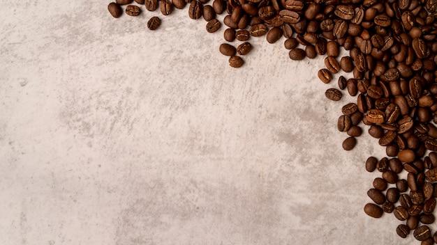 Вид сверху жареных кофейных зерен с копией пространства