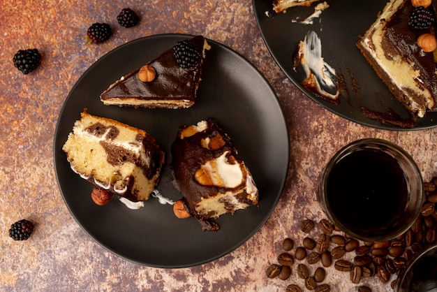 Вид сверху кусочки торта на тарелке