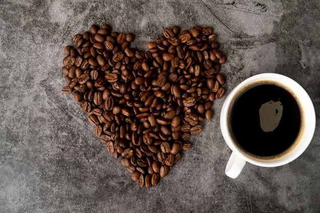 Вид сверху чашка кофе с жареными бобами
