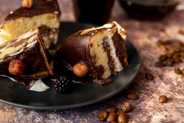 皿の上のケーキのクローズアップスライス
