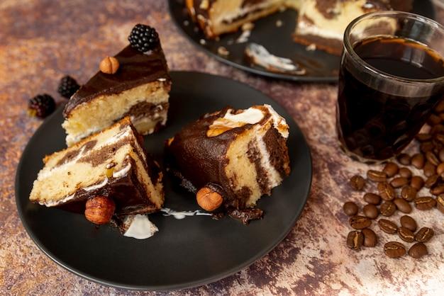 コーヒーとケーキのクローズアップスライス