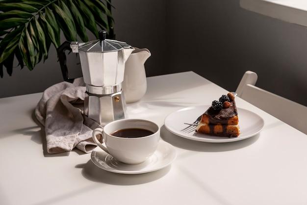 コーヒーとデザートの朝食