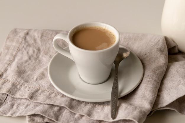 Макро чашка кофе с молоком на тарелке