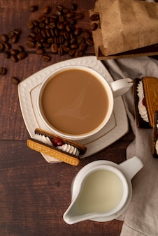 お菓子とミルクコーヒーのトップビューカップ