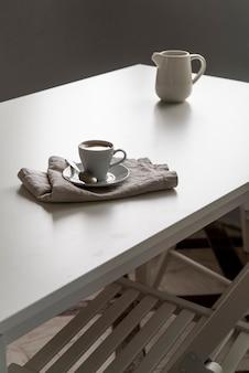 Утренняя чашка кофе на белом столе