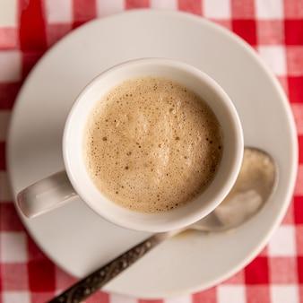 Чашка кофе крупным планом на тарелке