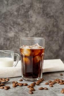 Вид спереди ледяной кофе с молоком