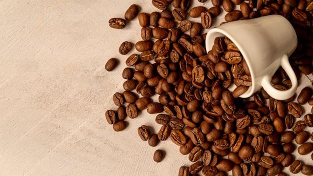ロースト豆とこぼれたコーヒーカップ