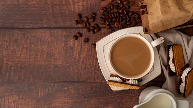 Вид сверху чашка кофе с конфетами