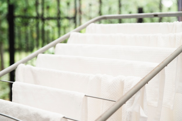 白いタオルの洗濯はさみで乾燥