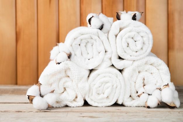 綿とタオルの正面の山