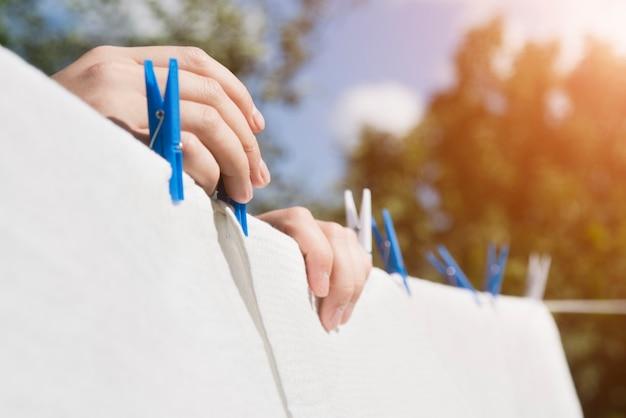 屋外の文字列に掛かっている白い洗濯