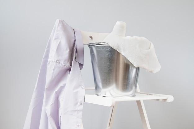 白い椅子に横向きのシャツ