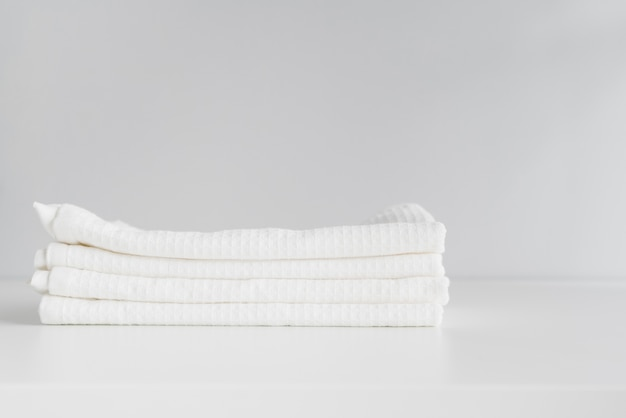Вид спереди сложены белые полотенца