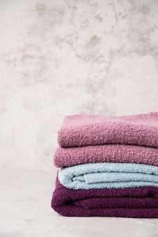 Вид спереди сложены разноцветные полотенца