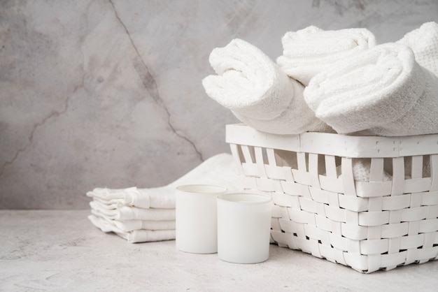Вид спереди белая корзина с полотенцами