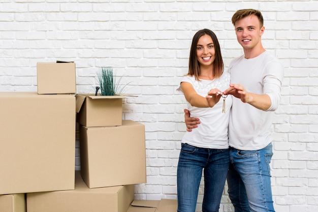 Счастливая пара держит ключи от дома