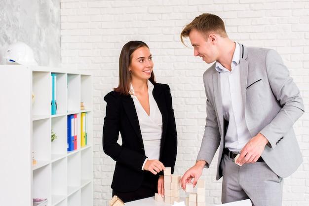 ビジネスの男性と女性がお互いを見て