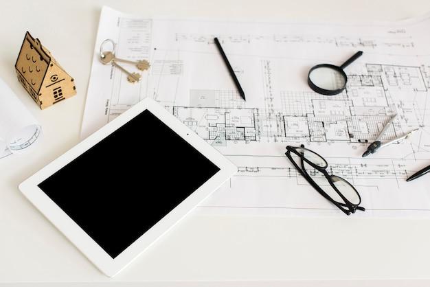 建築プロジェクトとタブレットのモックアップ