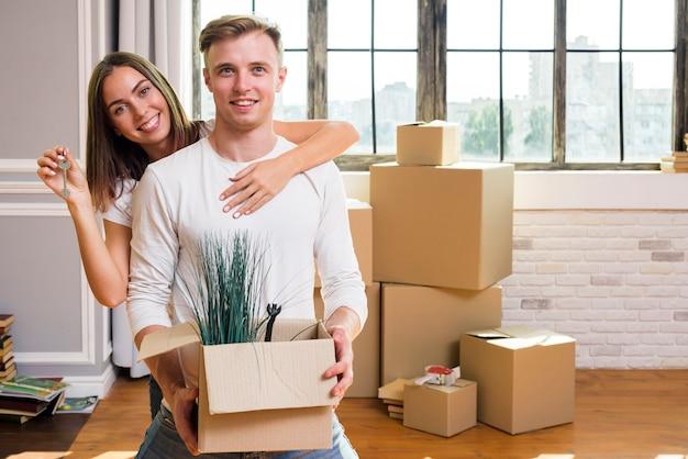 素敵なカップルは彼らの新しい家を楽しんでいます
