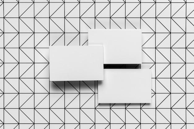 パターンの背景を持つ白い封筒のセット
