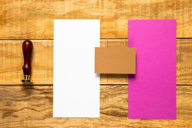 スタンプと白とピンクの封筒