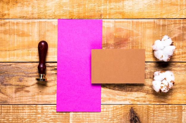 スタンプとトップビューピンク封筒