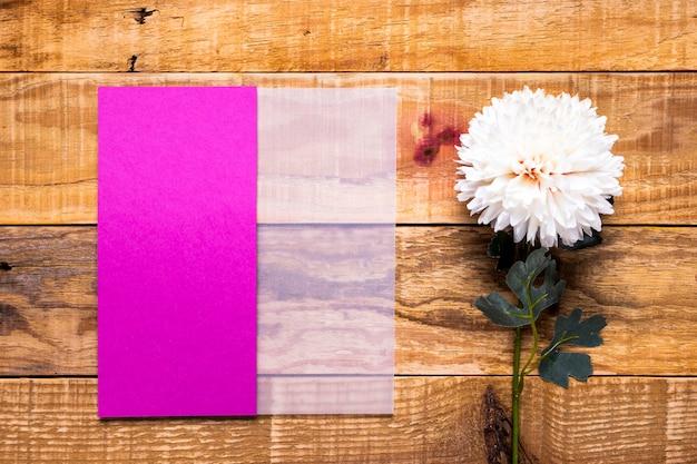 花と紫の招待状のモックアップ