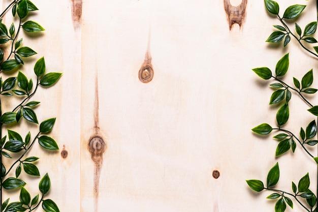 葉を持つシンプルな木製の背景