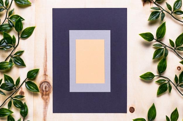 木製のテーブルにエレガントなカードデザイン