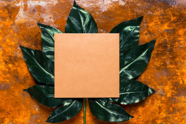 緑の葉にオレンジ色の招待状