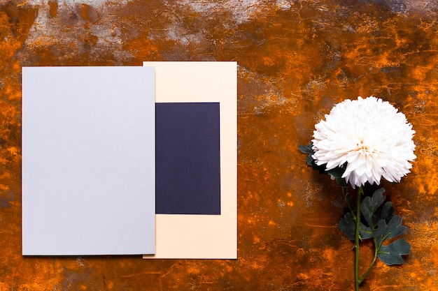 花とエレガントな招待状のモックアップ