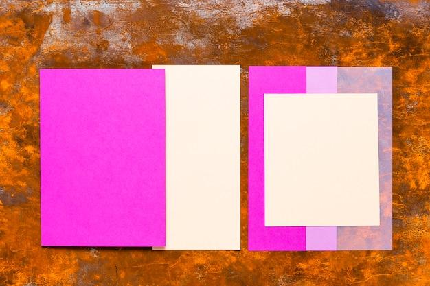 木製のテーブルに紫のカード