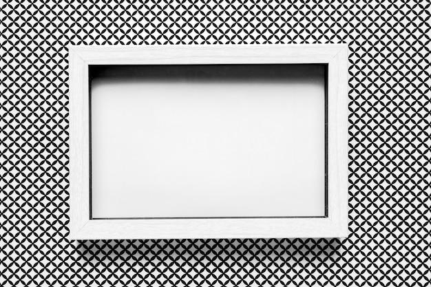 パターンの背景を持つ白いウェディングフレーム