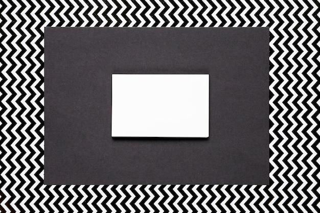 モノクロの背景を持つ白い招待状