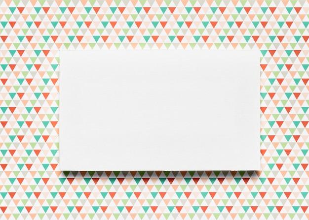カラフルな背景の空白の招待状