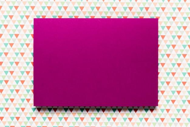 カラフルな背景を持つ紫色の招待状