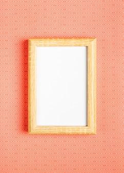 オレンジ色の背景の空白のフレーム