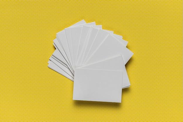 黄色の背景に招待状のスタック