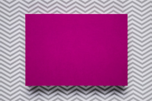 単色の背景を持つ紫色の招待状